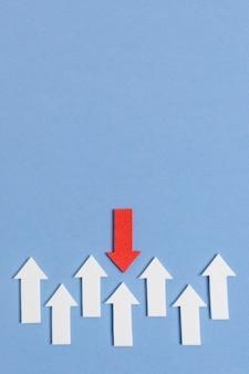 Witte en rode pijlen op blauwe achtergrond