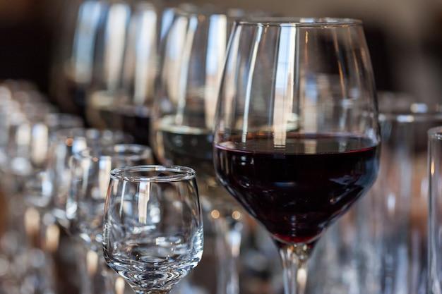 Witte en rode wijn in glazen op een buffet tafel
