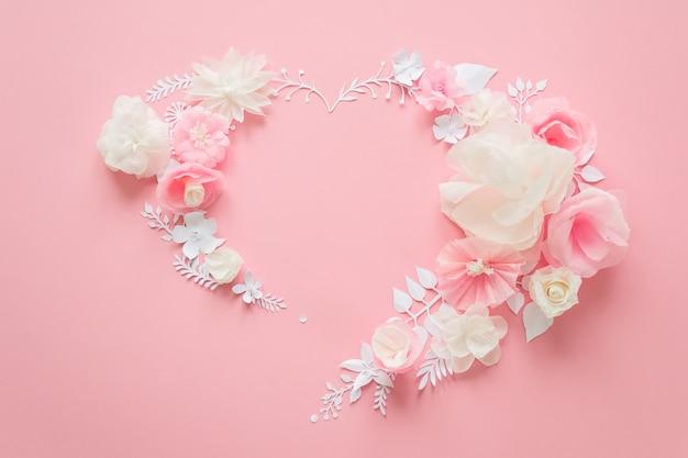 Witte en roze papieren bloemen op roze