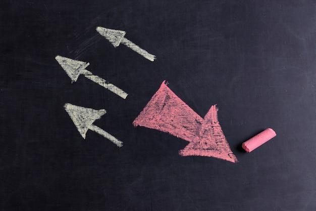 Witte en roze pijlen hoog getekend met krijt