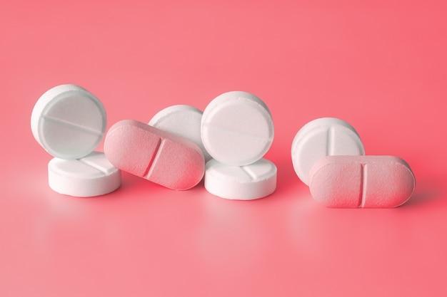 Witte en roze pillen. gewichtsverliesproducten, vitamines, hormonen of kalmerende middelen.