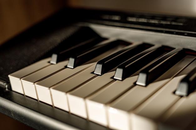 Witte en zwarte toetsen op het pianotoetsenbord