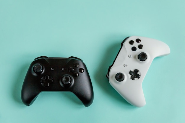 Witte en zwarte twee joystick gamepad, gameconsole geïsoleerd op pastel blauwe achtergrond