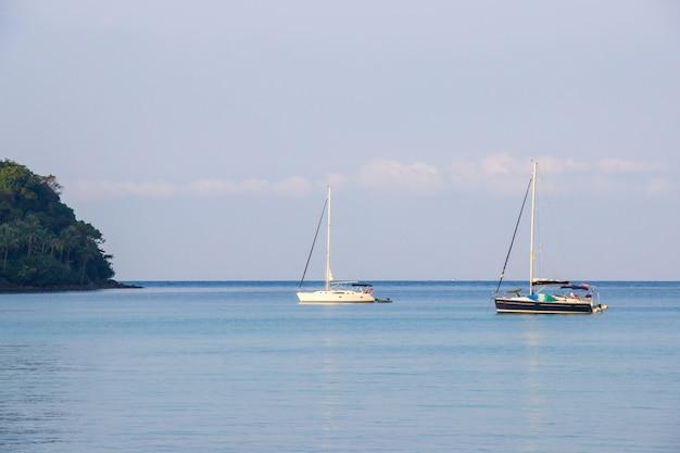 Witte en zwarte zeilboot van toerist bij de muur de blauwe hemel op het ao thaise zeegebied rond haad bangbao.