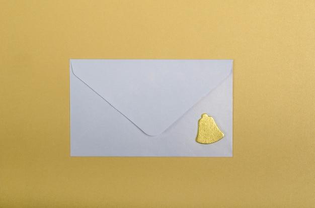 Witte envelop en gouden bel