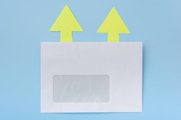 Witte envelop met pijlen in één richting