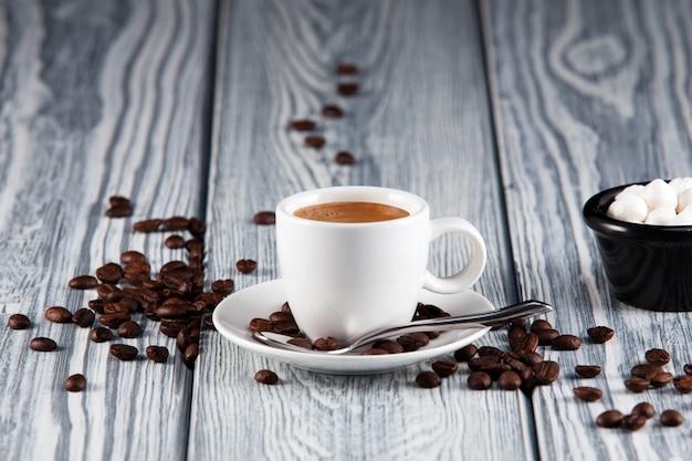 Witte espresso-kopje op een lichte houten