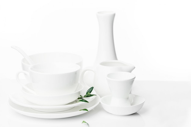 Witte feestelijke gerechten in verschillende maten en vormen