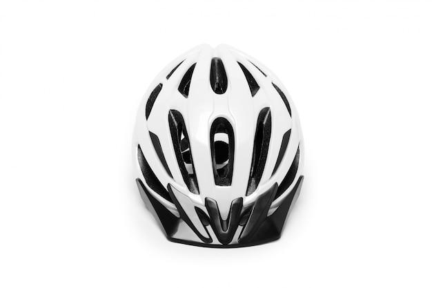 Witte fietshelm die op een witte lijst wordt geïsoleerd