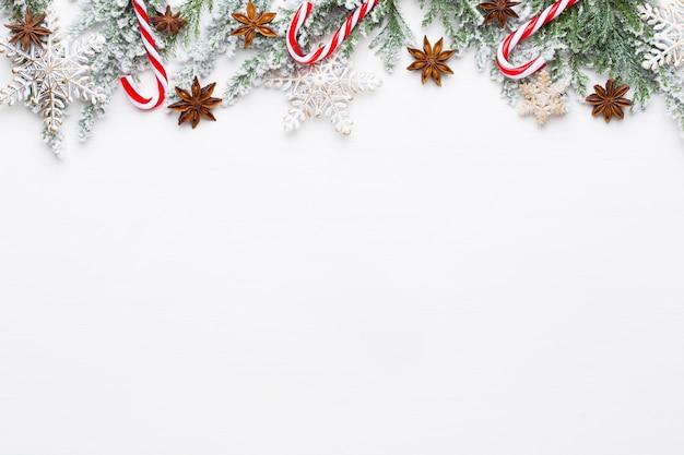 Witte fir kerstboomtakken met sterren versieringen.