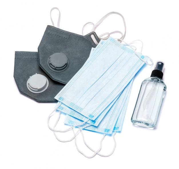 Witte fles crème, lotion, ontsmettingsmiddel of vloeibare zeep en beschermend masker geïsoleerd op een witte achtergrond