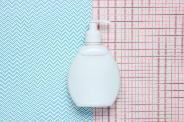 Witte fles shampoo op creatieve, bovenaanzicht