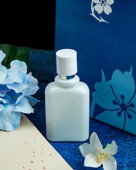 Witte fles zeep op de tafel