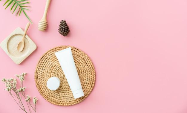 Witte flescrème, mockup van het merk van schoonheidsproducten