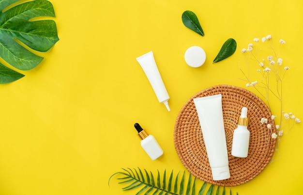 Witte flessencrème, mockup van het merk van schoonheidsproducten