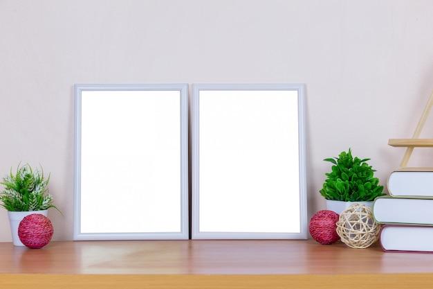 Witte fotolijst op houten tafel.