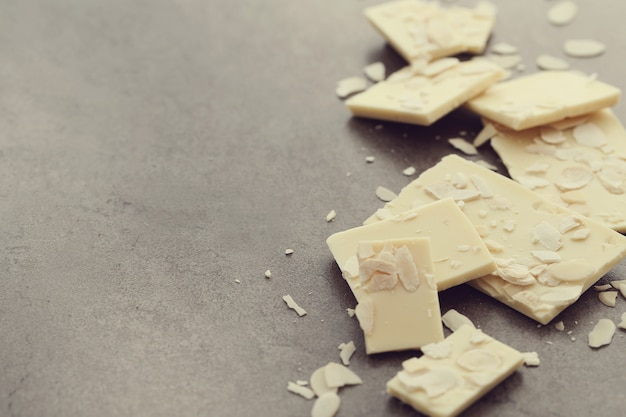Witte gebarsten chocolade