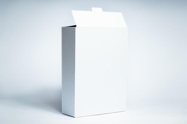 Witte generieke doos. leeg kartonvoedselpakket, vooraanzicht op witte oppervlakte