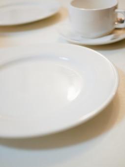 Witte gerechten op een café tafel