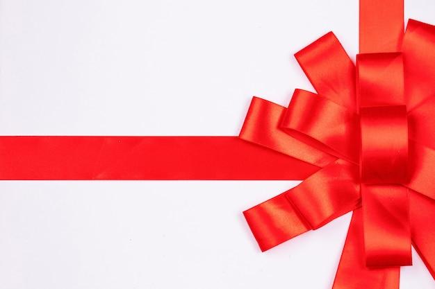 Witte geschenkdoos met rode strik, bovenaanzicht, vrije ruimte voor design