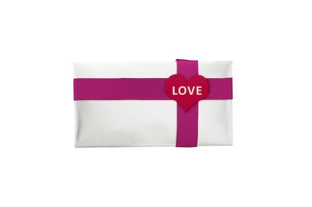 Witte geschenkdoos met rood lint en hartvorm met liefde tekst geïsoleerd op witte achtergrond