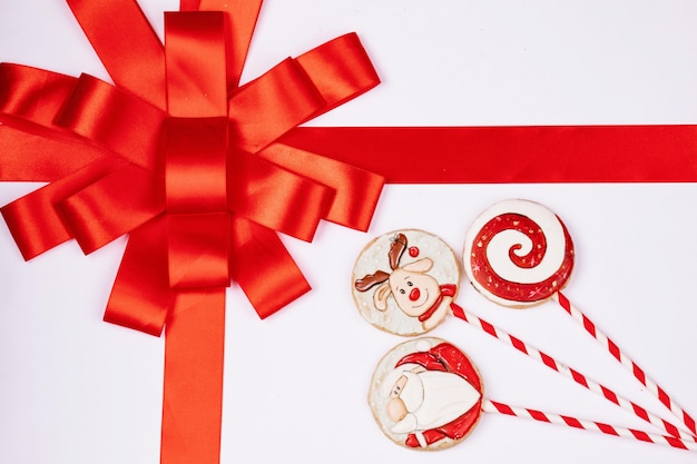 Witte geschenkdoos met rood lint, handgemaakte peperkoek, bovenaanzicht, vrije ruimte voor design