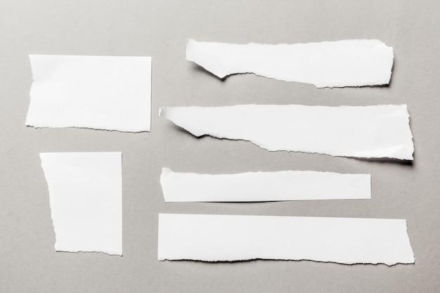 Witte gescheurde papieren