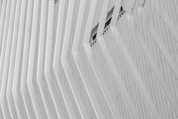 Witte gevel die abstracte achtergrond bouwen. moderne futuristische gevelbouw. stalen bekleding gegolfde metalen plaat gevel van gebouw.