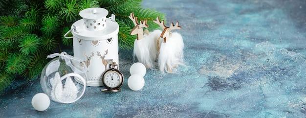 Witte glazen bollen en speelgoed, houten decoratie, staande lampverlichting, houten hert en zakwangen