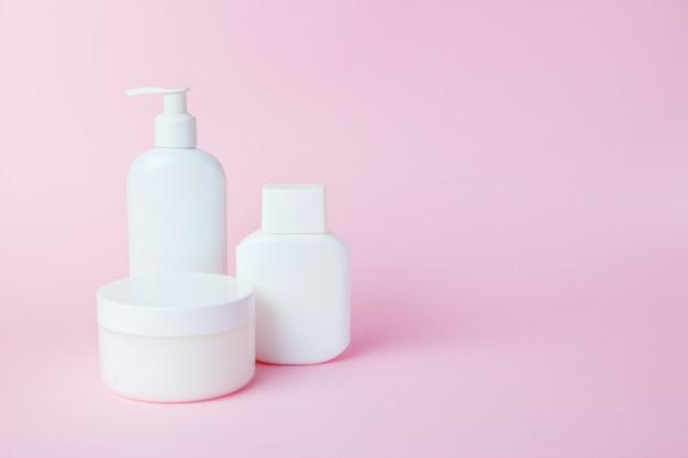 Witte glazen cosmetica op roze