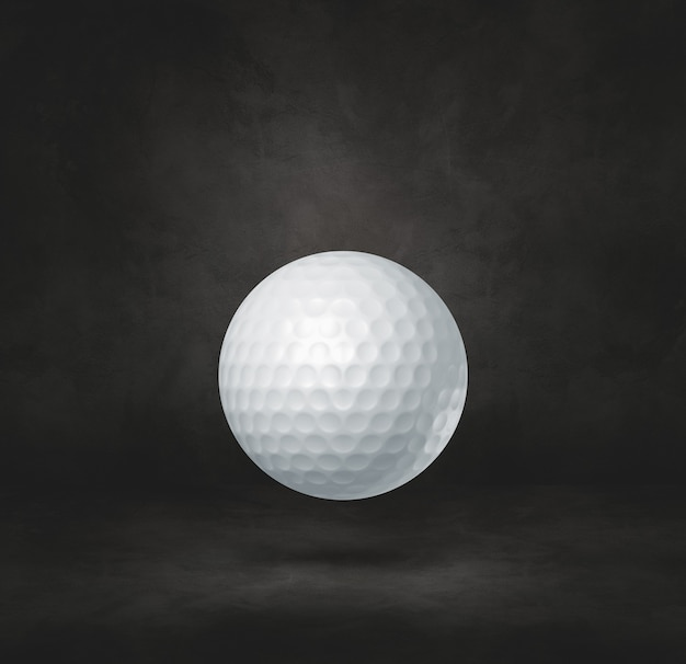Witte golfbal geïsoleerd op een zwarte studio achtergrond.
