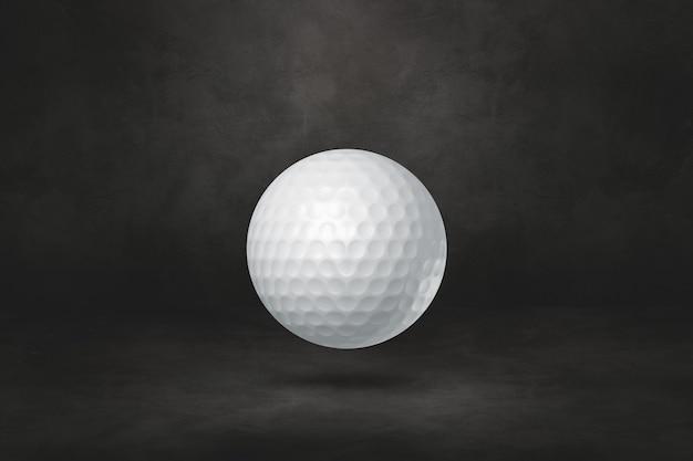 Witte golfbal geïsoleerd op een zwarte studio
