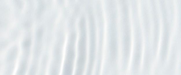 Witte golfsamenvatting in zonlicht of golfde de achtergrond van de watertextuur. bovenaanzicht, plat gelegd. banier.
