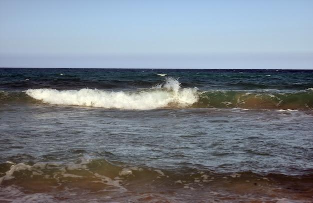 Witte golven op de blauwe zee