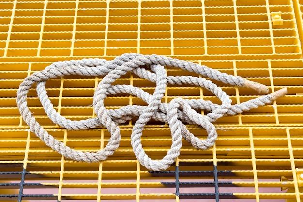 Witte golvende kabel die op wit wordt geïsoleerd. naadloos patroon.