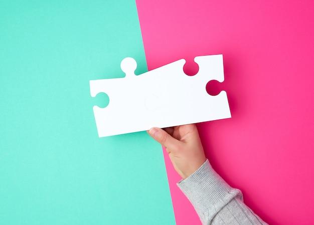 Witte grote puzzels in vrouwelijke hand