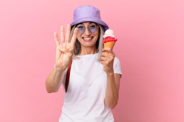 Witte haarvrouw van middelbare leeftijd met een ijsje. zomer concept