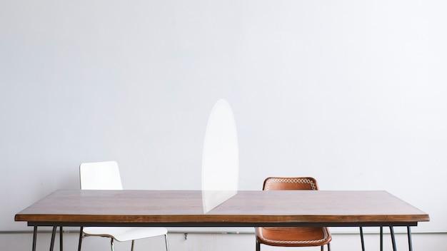 Witte halve cirkel tafel barrière sociale afstand nemen