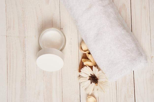 Witte handdoek cosmetica badkameraccessoires houten ruimte landschap.