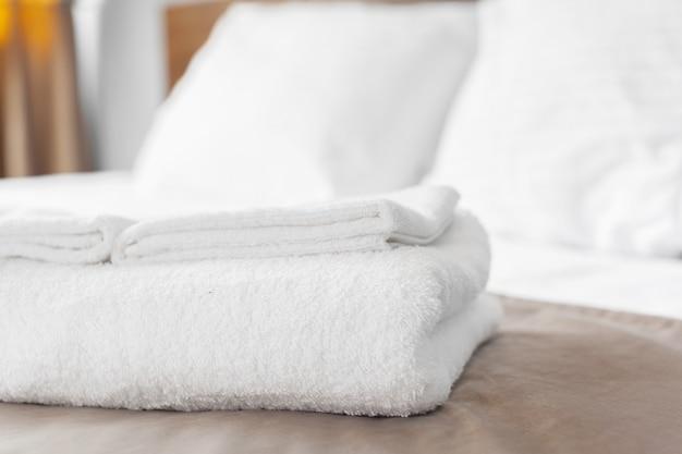 Witte handdoek op bed in logeerkamer voor hotelklant