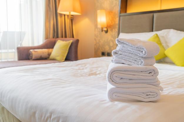 Witte handdoek vouwen op bed in hotelresort
