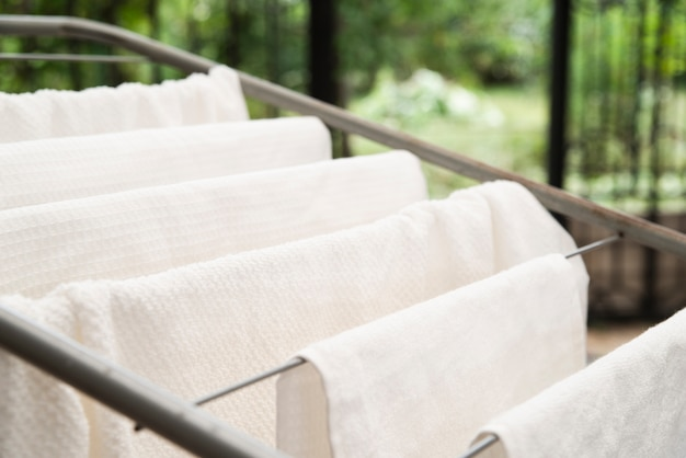 Witte handdoeken drogen op droogrek