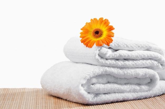 Witte handdoeken onder een zonnebloem