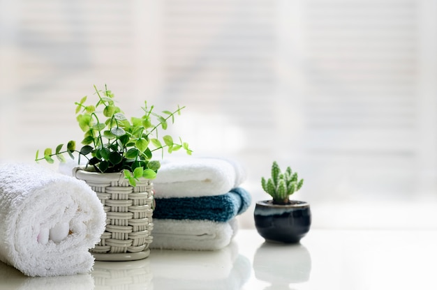 Witte handdoeken op witte bovenste tafel met kopie ruimte.
