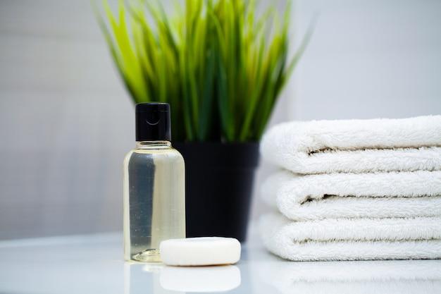 Witte handdoeken op witte tafel in badkamer