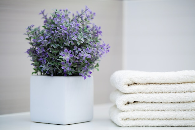 Witte handdoeken op witte tafel in de badkamer