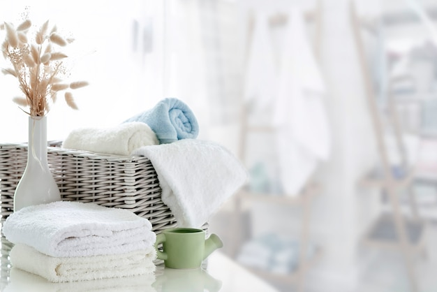 Witte handdoeken op witte tafel met kopie ruimte op lichte kamer achtergrond