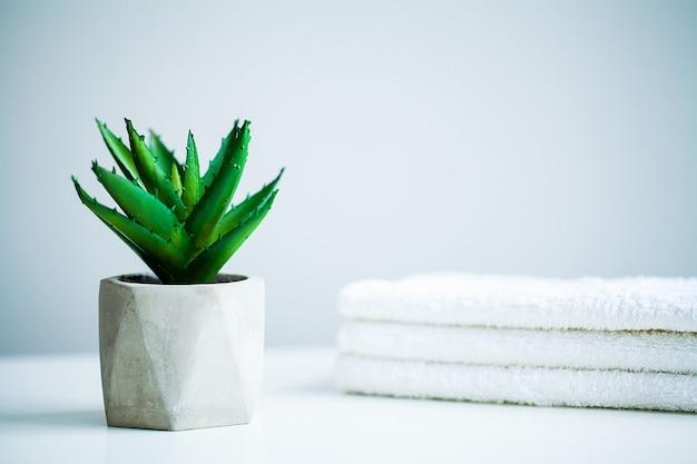 Witte handdoeken op witte tafel op de badkamer