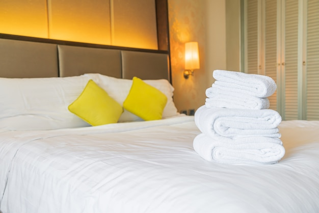 Witte handdoekvouw op bed