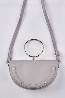 Witte handtas met ring.